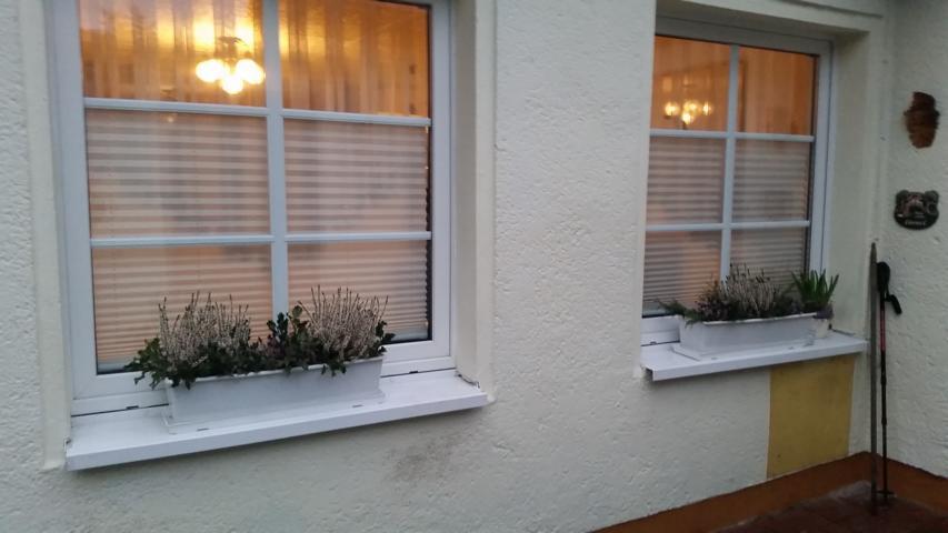 plissee einbauen badfenster mit aktuell jalousie with plissee einbauen simple plissees ohne. Black Bedroom Furniture Sets. Home Design Ideas
